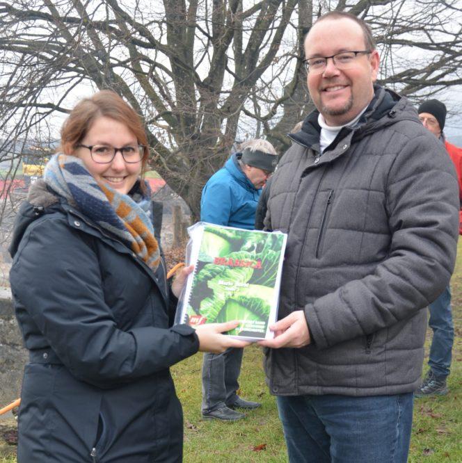 Übergabe des Notensatzes von Brassica an den Mukovorsitzenden Marcel Wyder